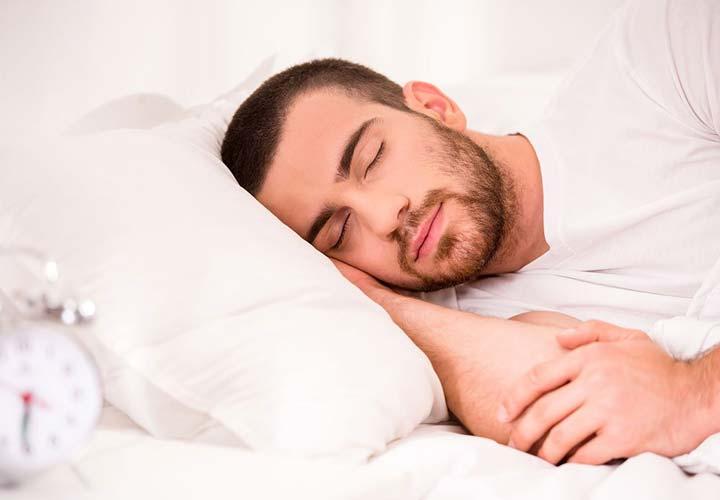 بهبود زمان و کیفیت خواب از خواص کیوی است.