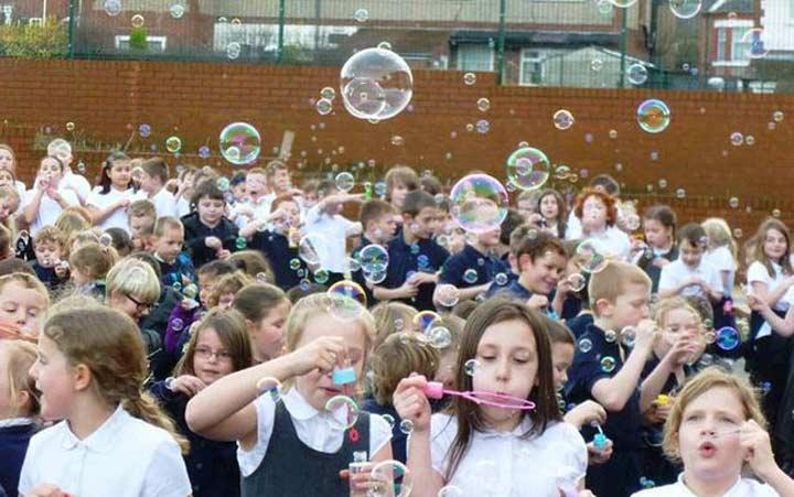 برخی از بازی های کودکان مثل حباب بازی قدرت تمرکز ذهنی و جسمی کودکان را افزایش میدهد