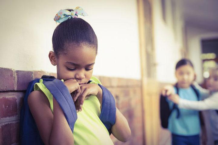 برخی کودکان از احساسات خود حرفی نمیزنند و گاهی اوقات، حالتی دفاعی و پرخاشگر دارند. کمحرفی و گوشه گیری در کودکان بیانکنندهی چیست؟