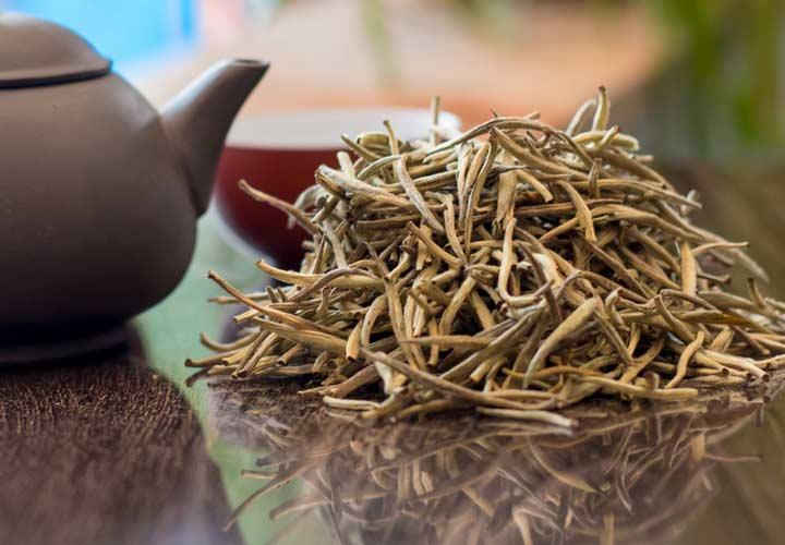 چای لاغری - کاتچین های موجود در چای سفید به تجزیه ی سلول های چربی کمک می کنند.