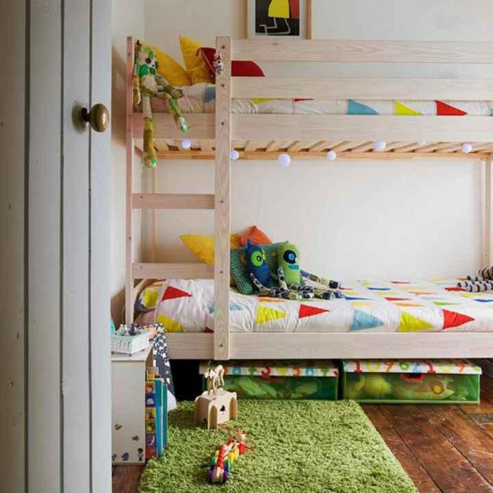 دکوراسیون اتاق خواب پسرانه - تخت دوطبقه و سبدهای جمعآوری وسایل
