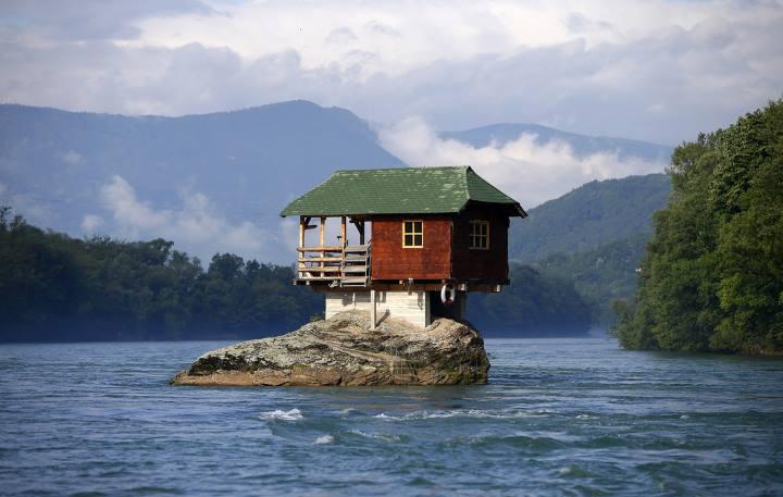 [block]خانه ای که روی سنگی در وسط رودخانه ساخته شده