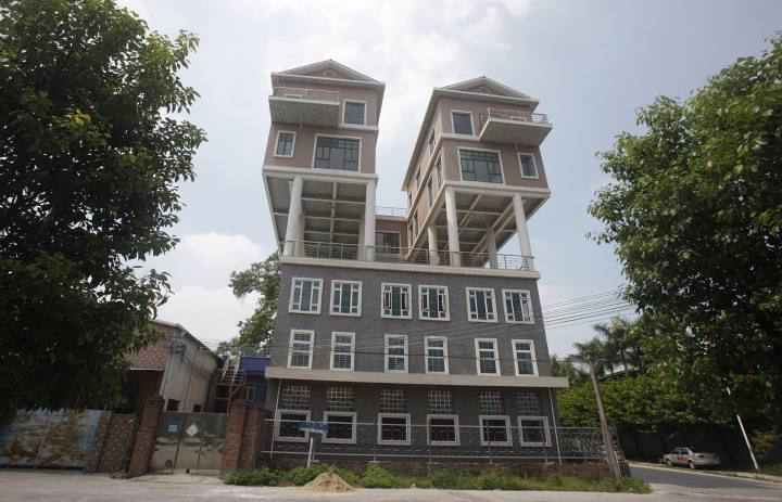 [block]خانه هایی که روی پشت بام کارخانه ای ساخته شده اند