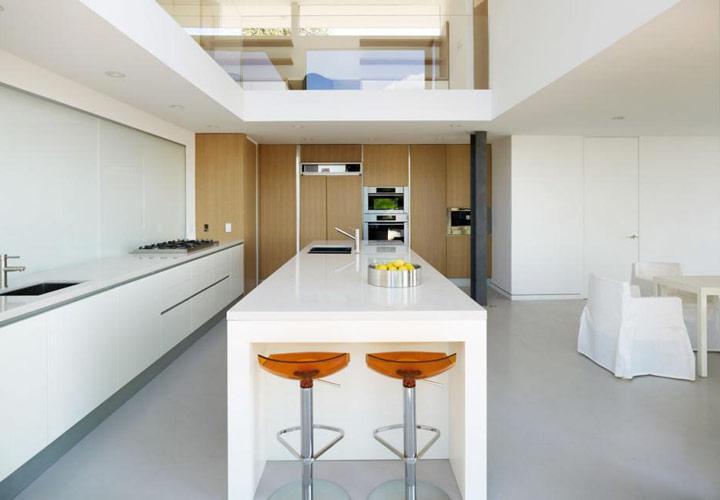 دکوراسیون آشپزخانه مدرن - آشپزخانهای سفید با جزیرهی بزرگ