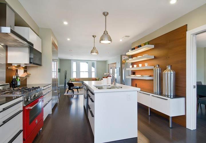 دکوراسیون آشپزخانه مدرن تم خنثی دیوار چوبی