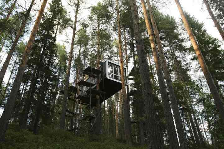 [block]یکی از کابین های هتل درختی در روستایی در سوئد