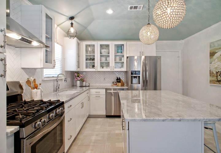 دکوراسیون آشپزخانه مدرن - آشپزخانهای با لوسترهای کروی شیک