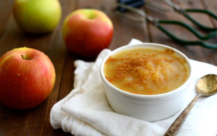 اسهال نوزاد - پوره سیب یکی از غذاهای مفید برای درمان اسهال است