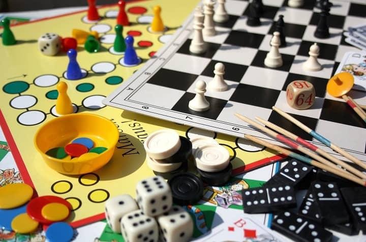 بازی های تخته ای از بازی های فکری کودکان هستند
