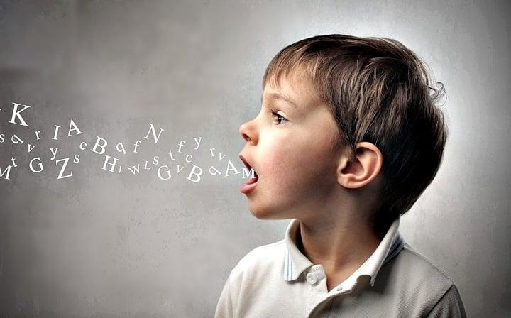 مشکل در برقراری ارتباط یکی از علائم اوتیسم است
