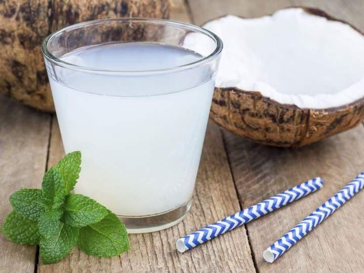 آب نارگیل از نوشیدنی های مفید برای کاهش اسید معده