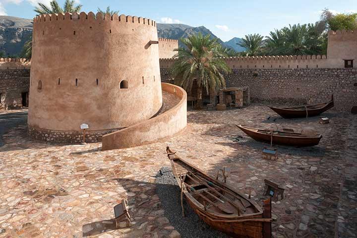 سفر به عمان و قلعهی خَصَب