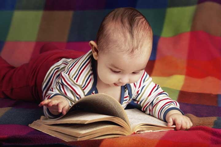 تقویت هوش نوزاد - نوزاد در حال کتاب خواندن