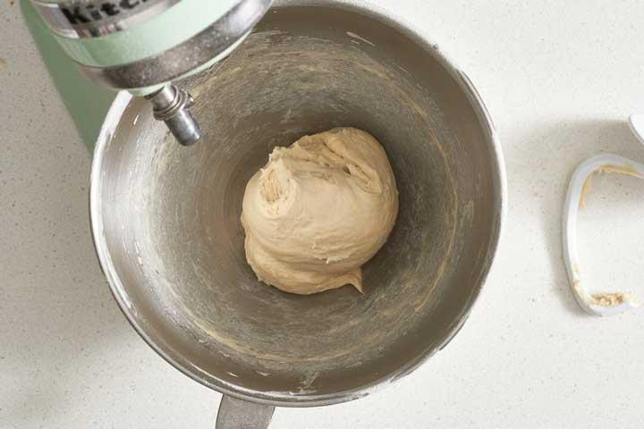 طرز تهیه خمیر پیتزا - ورز دادن