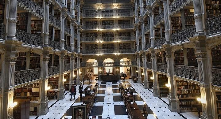 نمایی از کتابخانه پی بادی در دانشگاه جان هاپکینز از بهترین دانشگاه های جهان