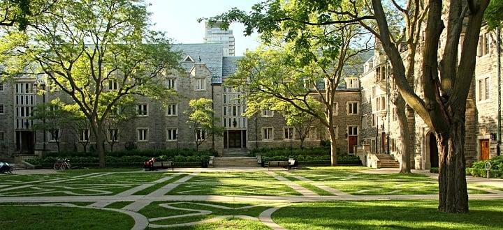 نمایی از دانشکاه تورنتو یکی از بهترین دانشگاه های جهان