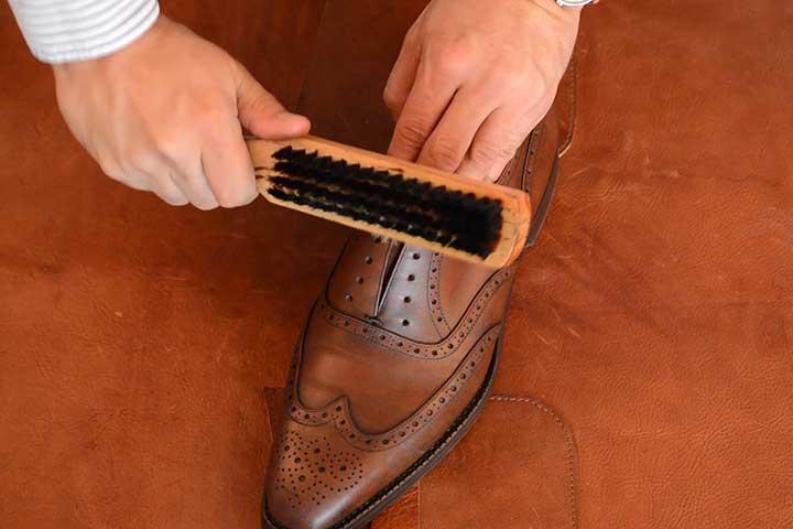 مراحل تمیز کردن کفش چرم، ورنی و جیر