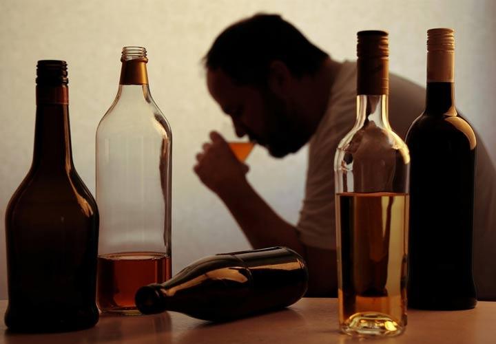 برای درمان سیروز کبدی ناشی از مصرف الکل باید ابتدا مصرف نوشیدنی های الکلی را متوقف کرد.