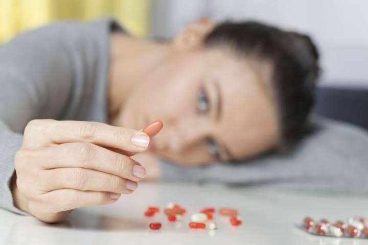 ناراحت بودن چه تفاوتی با افسردگی دارد؟ - عوارض جانبی مصرف دارو