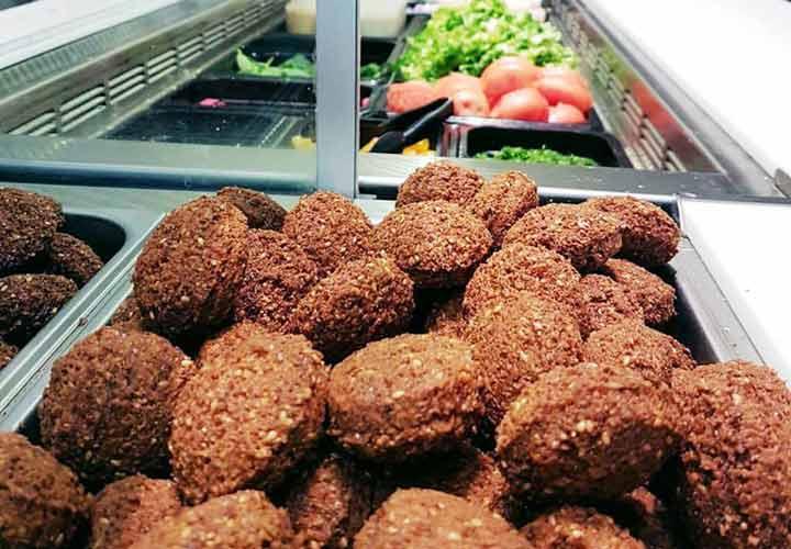 بهترین غذاهای لبنانی - فلافل است که از نخود و ادویه درست می شود.