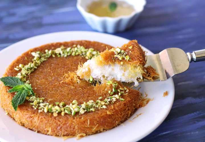 بهترین غذاهای لبنانی - کونفه نوعی دسر است که از پنیر و شربت شکر درست می شود.
