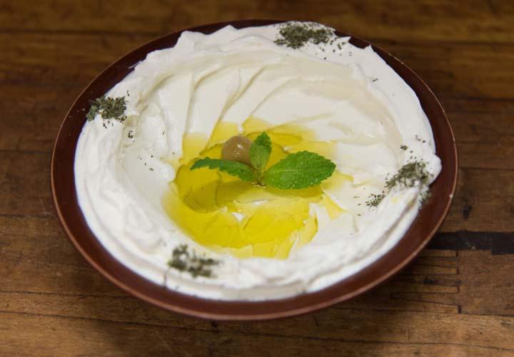 بهترین غذاهای لبنانی - لبنه یا ماست چکیده در ترکیب با نان و سبزیجات غذای خوبی است.