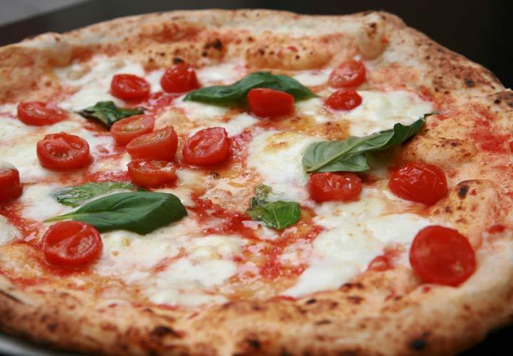 انواع پیتزا - پیتزای ناپلی از گوجه فرنگی، پنیر، سیر و روغن زیتون تهیه می شود.