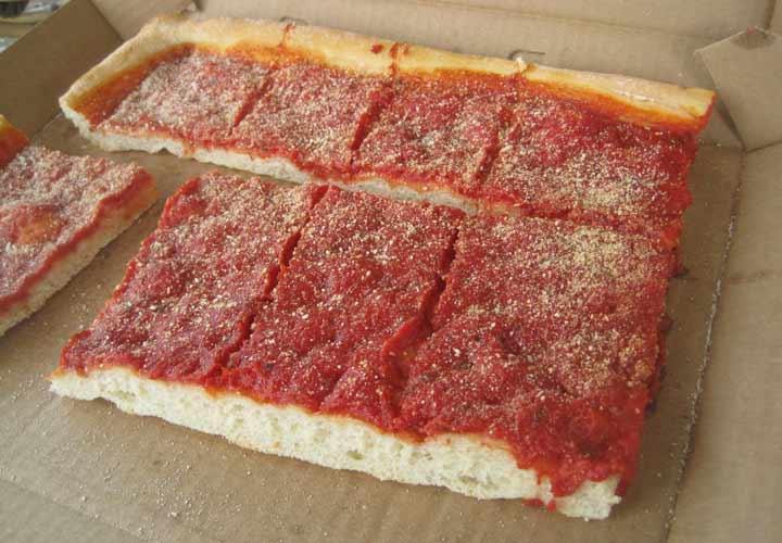 انواع پیتزا - پپای گوجه فرنگی از یتزای سیسیلی مشتق شده و خمیری ضخیم و چهارگوش دارد که شبیه به خمیر نان فوکوسیا بوده و سرشار از سس گوجه فرنگی است.
