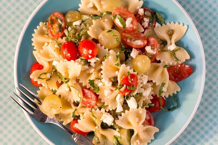 پاستای پاپیونی با گوجهفرنگی، فتا و سس بالزامیک، از انواع پاستا