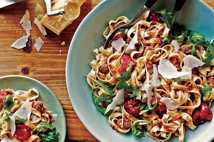 فتوچینی سوسیس، گوجهفرنگی و شابانک، از انواع پاستا