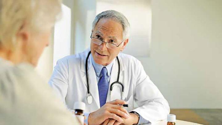 مشورت با پزشک برای تشخیص شب ادراری بزرگسالان