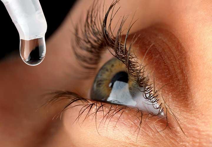 بیشتر داروهای کنترل فشار چشم به شکل قطره های دارویی هستند.