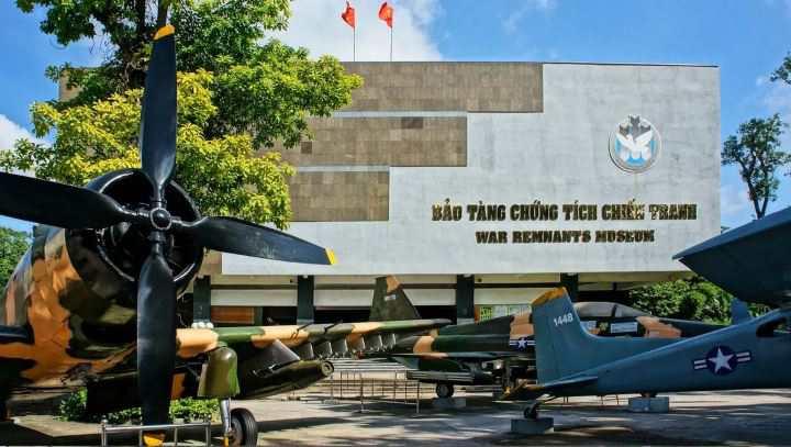 معروف ترین موزه های جهان - نمایش هلیکوپتر ارتش آمریکا در موزه بقایای جنگ هوشی مین