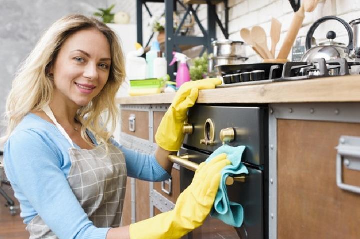 خانخ تکانی آشپزخانه اجاق گاز را تمیز کنید