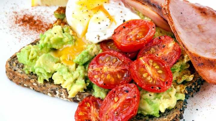 صبحانه پروتئینی - تست آووکادو و تخم مرغ
