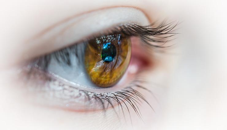 ۵ کاری که به سلامتی چشم شما آسیب میرساند