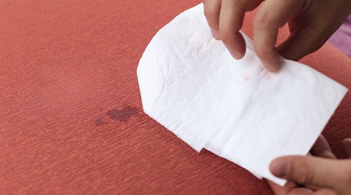 پاک کردن لکه شمع - ۴. در صورت نیاز دستمال کاغذی را عوض کنید