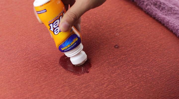 پاک کردن لکه شمع - ۶. قبل از خشککردن پارچه از شوینده استفاده کنید