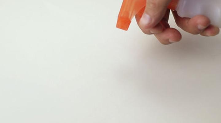 پاک کردن لکه شمع - ۵. در انتها از شوینده برای تمیز کردن بخش موردنظر استفاده کنید