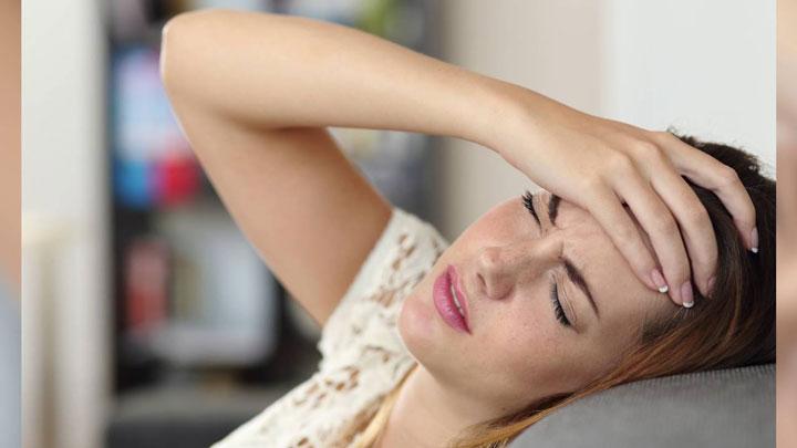 زنی با سردرد ناشی از کم آبی بدن