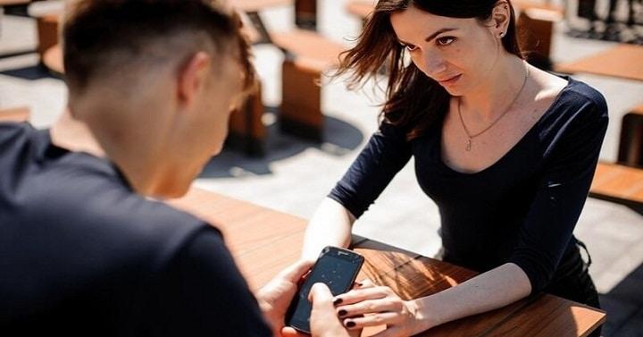 چطور با حسادت و حس ناامنی در رابطه برخورد کنیم؟ - حسادت در رابطه عاطفی