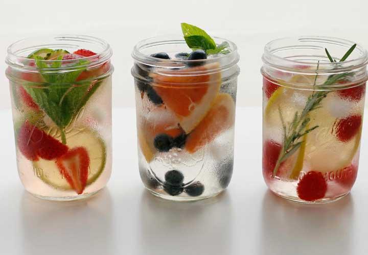 روش صحیح نوشیدن آب برای رفع عطش و تشنگی - آب طعم دار با طعم دهنده های طبیعی و مصنوعی طعم دار شده است.
