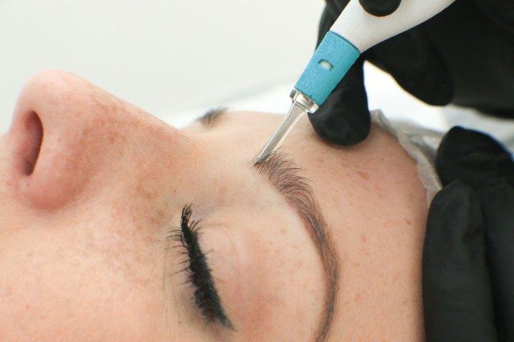 Le micro-saignement des sourcils est plus risqué que les extensions de sourcils