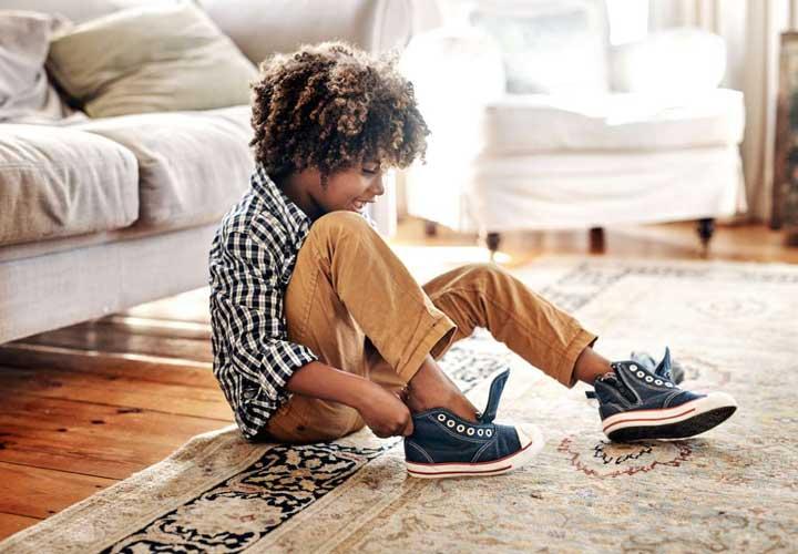 ۱۷ مهارت زندگی برای آموزش مسئولیتپذیری به کودکان - آموزش درست لباس پوشیدن باعث می شود فرزنداتن بتواند در مواقع مقتضی لباس مناسب بپوشد.