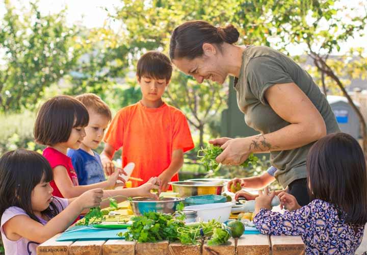 ۱۷ مهارت زندگی برای آموزش مسئولیتپذیری به کودکان - یادگرفتن آشپزی باعث می شود فرزندتان در آینده کمتر برای غذا هزینه بکند.