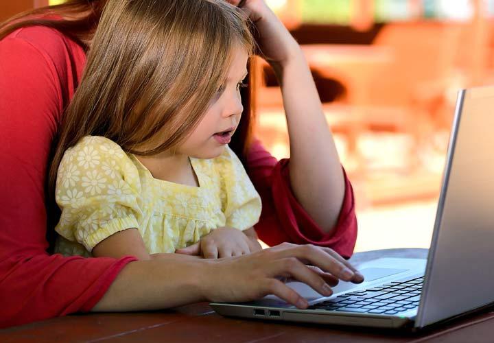 ۱۷ مهارت زندگی برای آموزش مسئولیتپذیری به کودکان - توانایی تایپ کردن می تواند در جنبه های مختلف به پیشرفت فرزندتان کمک بکند.