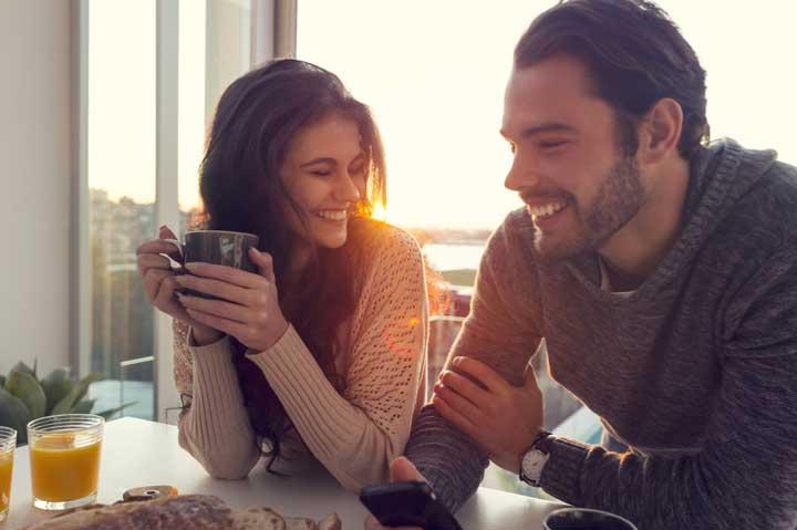 زوج در حال غذا خوردن - زوج هاي خوشحال
