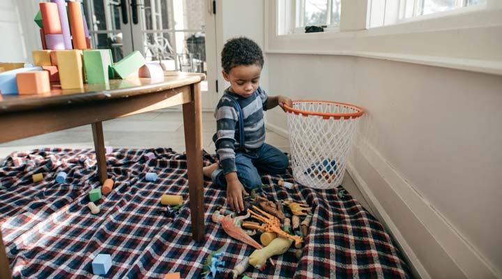 کودک اتاقش را تمیز میکند