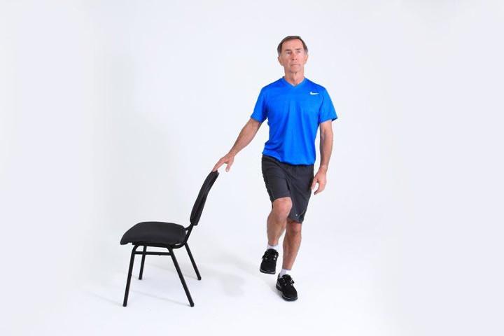 حفظ تعادل روی یک پا- ورزش سالمندان