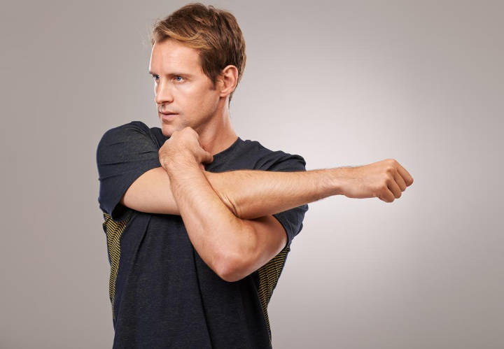 حرکت کششی شانه و بالاتنه- ورزش سالمندان